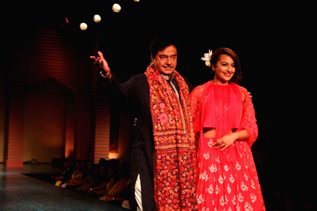 Actor Shatrughan Sinha and his daughter Sonakshi Sinha during Manish Malhotra's fashion show in Mumbai, on April 4, 2015, held to support actor Shabana Azmi`s cause of the Mijwan village in ... - Shatrughan Sinha, Sonakshi Sinha and Manish Malhotra