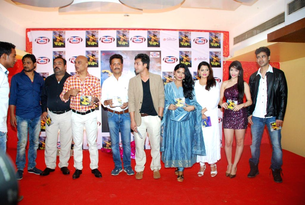 Actor Subrat Dutta filmmakers Amol Vaidya, Manish Agnibhoj, Sachin Nayak, Nishant Singh, Sarika Saxena, Shweta Sharma, Kaizeen Daruwala  during the music launch of film Round Figure  in ... - Subrat Dutta, Nishant Singh and Shweta Sharma