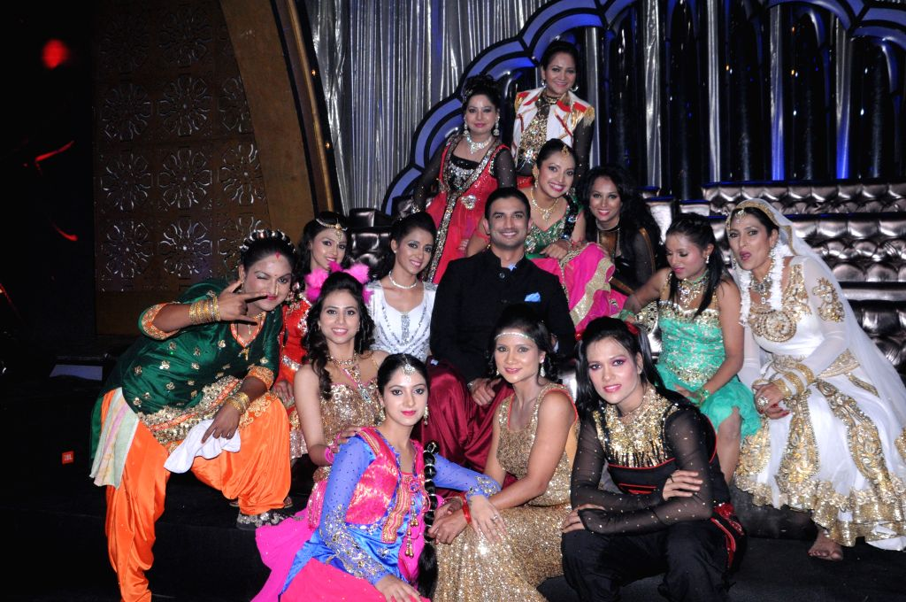 Actor Sushant Singh Rajput with contestanats during the promotion of film Detective Byomkesh Bakshi on the sets of Zee TV`s, reality show, Dance India Dance Super Moms in Mumbai, on March 31, ... - Sushant Singh Rajput