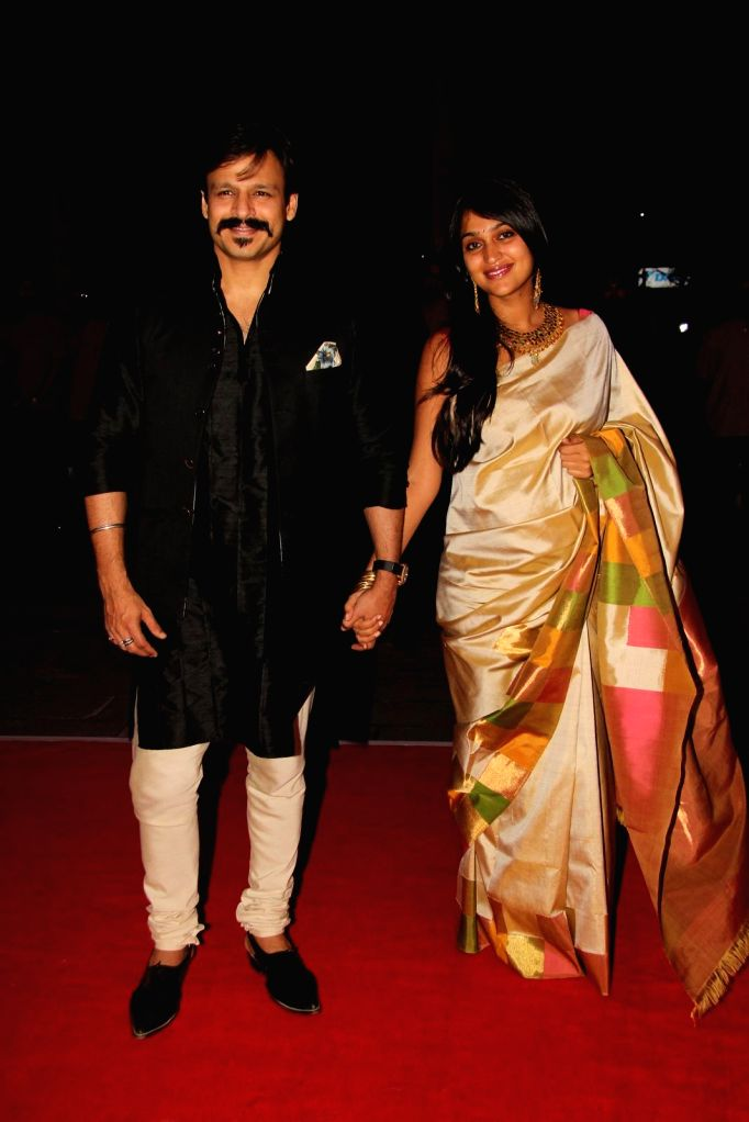Actor Vivek Oberoi along with his wife Priyanka Alva during Shatrugan Sinha's son Kush wedding reception in Mumbai, on Jan. 19, 2015. - Vivek Oberoi and Shatrugan Sinha