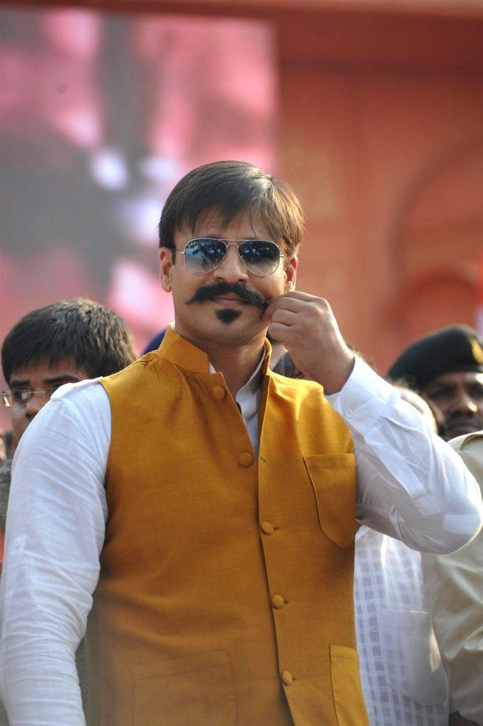Actor Vivek Oberoi participate in a peace rally to commemorate the 26/11 martyrs in Mumbai, on November 23, 2014. - Vivek Oberoi