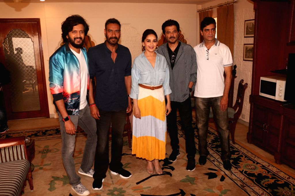 """Mumbai: Actors Ajay Devgn, Riteish Deshmukh, Anil Kapoor and Madhuri Dixit with director Indra Kumar during a press conference regarding their upcoming film """"Total Dhamaal"""" in Mumbai, on Feb 13, 2019. (Photo: IANS) - Indra Kumar, Ajay Devgn, Riteish Deshmukh, Anil Kapoor and Madhuri Dixit"""
