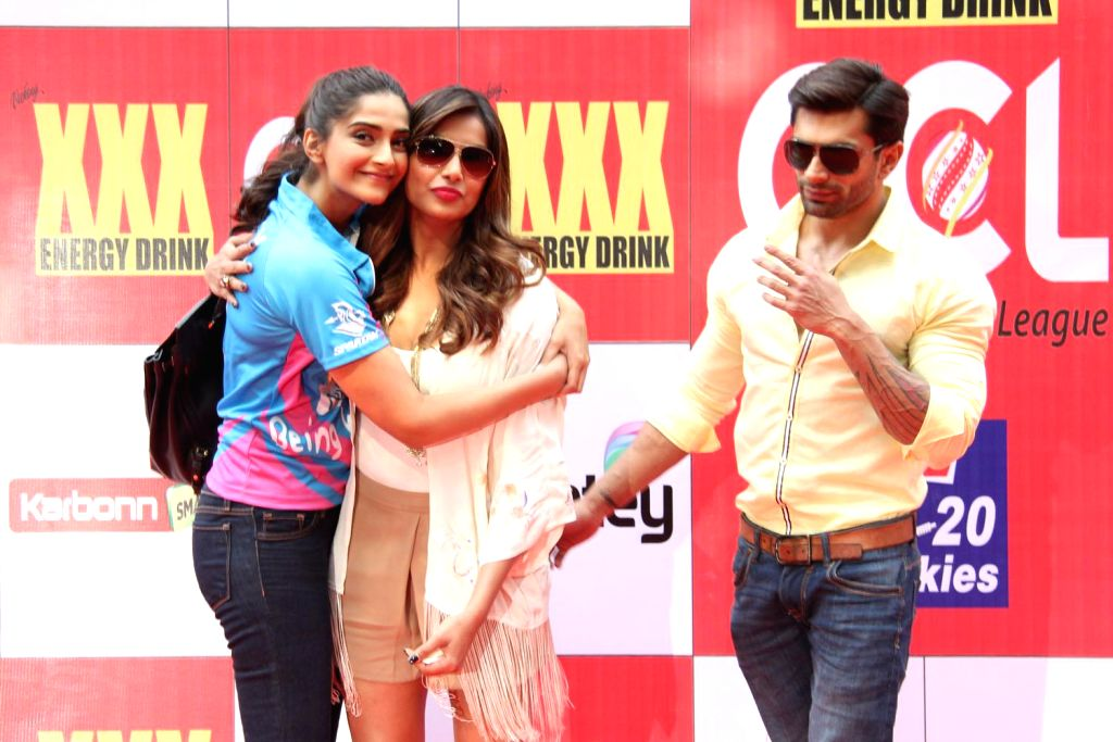 Actors Bipasha Basu and Sonam Kapoor during the Celebrity Cricket League (CCL) in Mumbai, on jan. 10, 2015. - Bipasha Basu and Sonam Kapoor