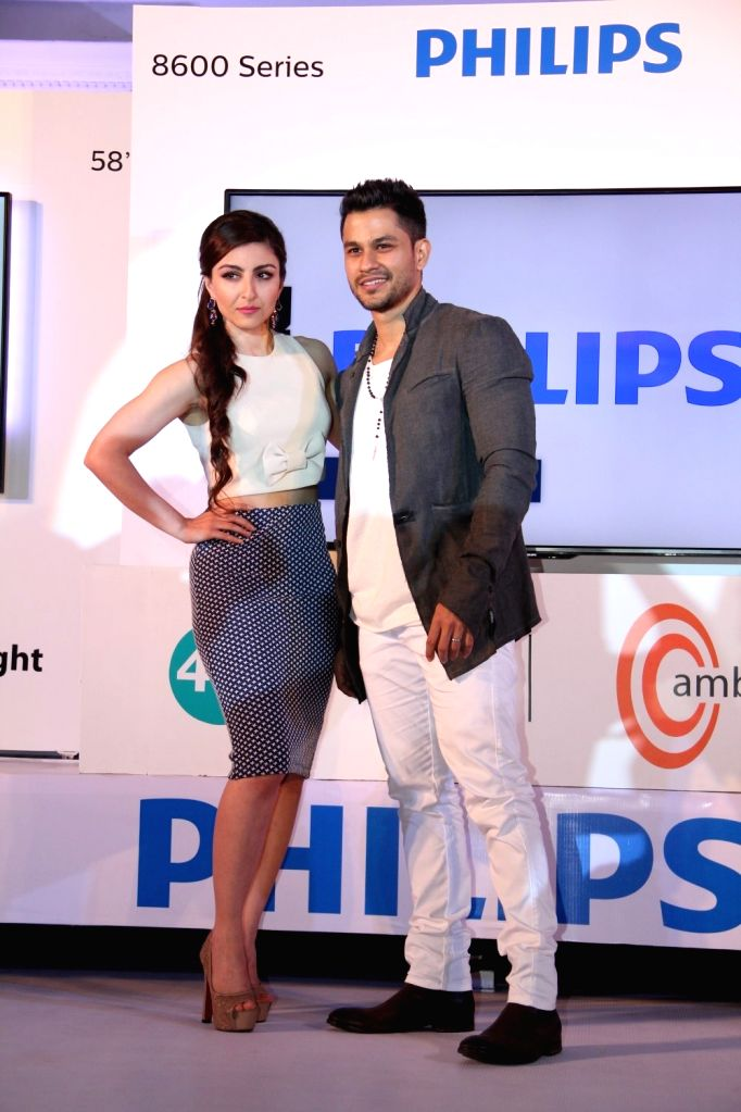 Actors Kunal Kemmu and Soha Ali Khan during the launch of latest Philips TV, in Mumbai on 7 April 2015. - Kunal Kemmu and Soha Ali Khan