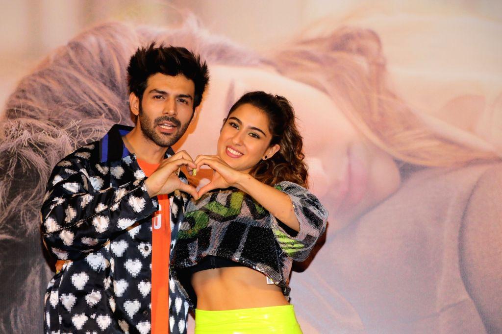 """Mumbai: Actors Sara Ali Khan and Kartik Aaryan at the trailer launch of their upcoming film """"Love Aaj Kal"""" in Mumbai on Jan 17, 2020. (Photo: IANS) - Sara Ali Khan and Kartik Aaryan"""