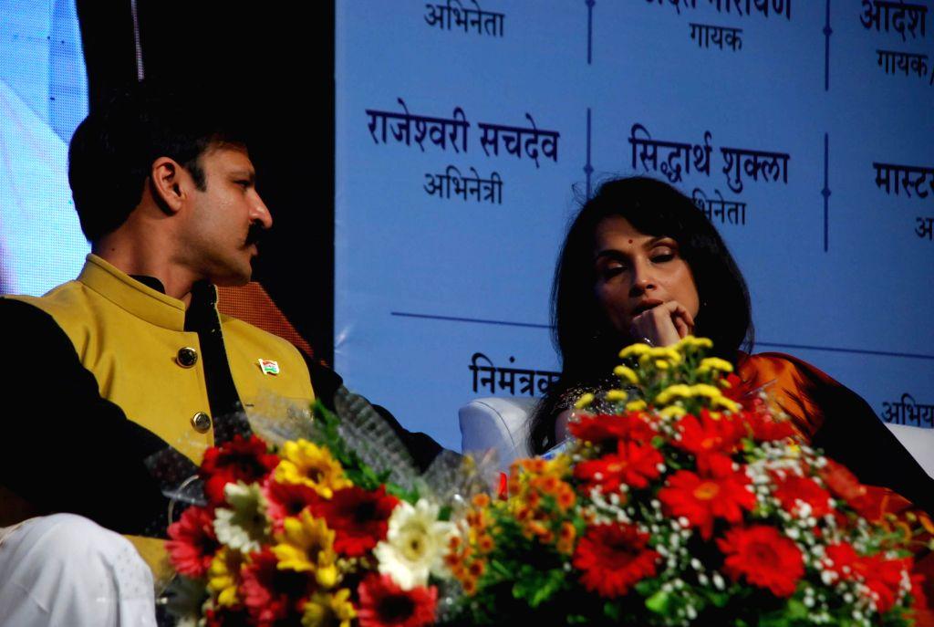 Actors Vivek Oberoi and Rajeshwari Sachdev during Atal Geet Ganga a poetic eve to celebrate former Prime Minister Atal Bihari Vajpayee`s 90th birthday in Mumbai, on December 25, 2014. - Vivek Oberoi and Rajeshwari Sachdev
