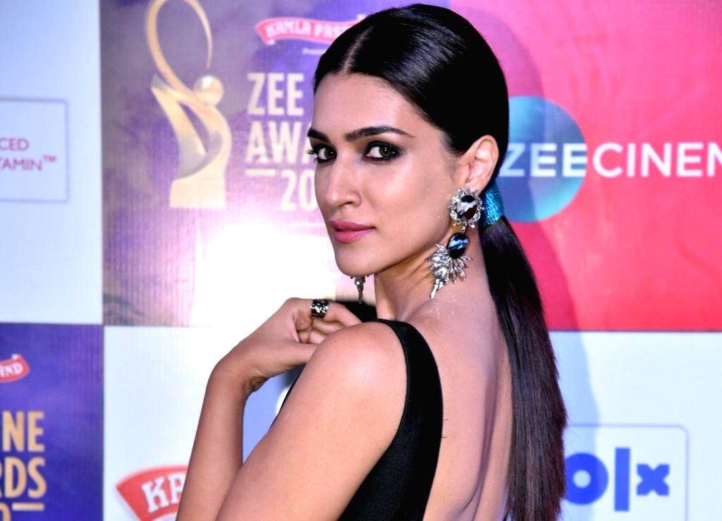 Mumbai:  Actress Kriti Sanon on the Red Carpet of the Zee Cine Awards 2019 in Mumbai on March 19, 2019. (Photo: IANS) - Kriti Sanon