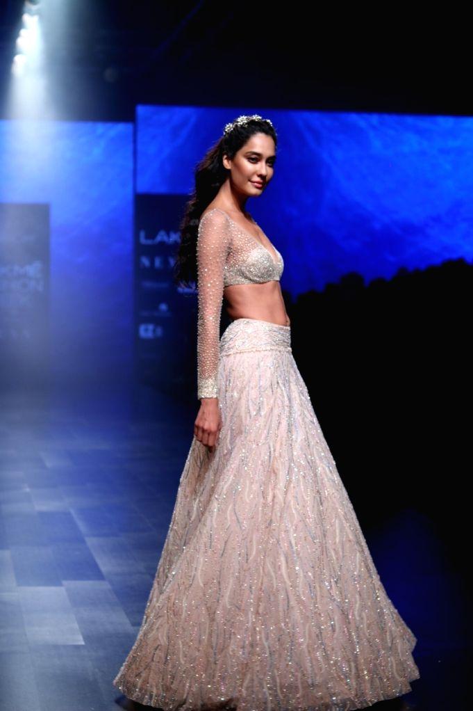 Mumbai: Actress Lisa Haydon walks the ramp in fashion designer Shriya Som's creation during Lakme Fashion Week (LFW) Summer/Resort 2019 in Mumbai, on Feb 3, 2019. (Photo: IANS) - Lisa Haydon