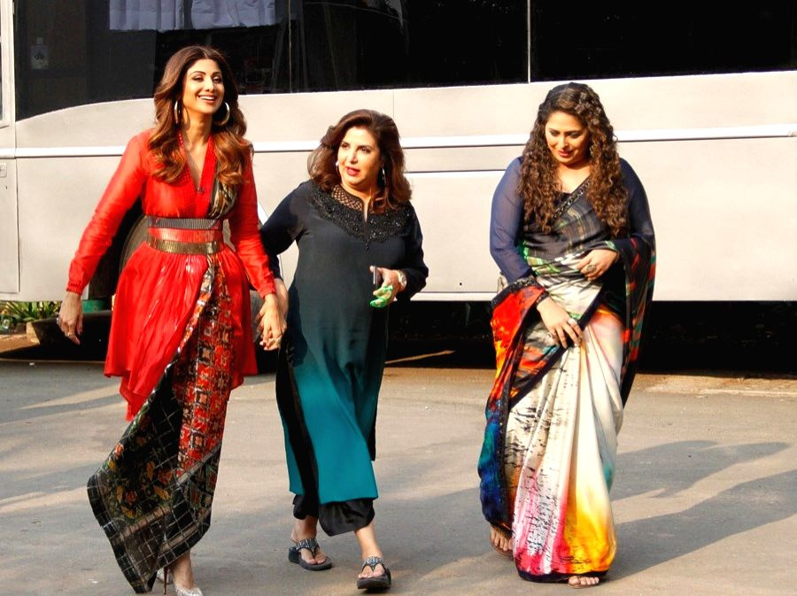 "Mumbai: Actress Shilpa Shetty Kundra, choreographer-filmmaker Farah Khan and choreographer Geeta Kapur on sets of dance reality show ""Super Dancer Chapter 2"" in Mumbai. (Photo: IANS) - Shilpa Shetty Kundra and Farah Khan"