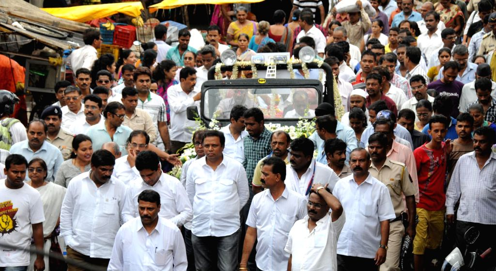 Mumbai BJP president Ashish Shelar immerse the ashes of late Gopinath Munde in the Arabian Sea, in Mumbai on June 16, 2014.