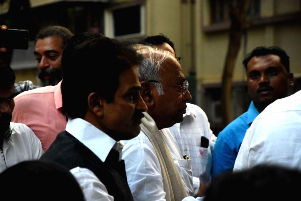 Mumbai: Congress leaders KC Venugopal and Mallikarjun Kharge arrive to meet NCP chief Sharad Pawar at Yashwantrao Chavan Centre in Mumbai on Nov 12, 2019. (Photo: IANS)