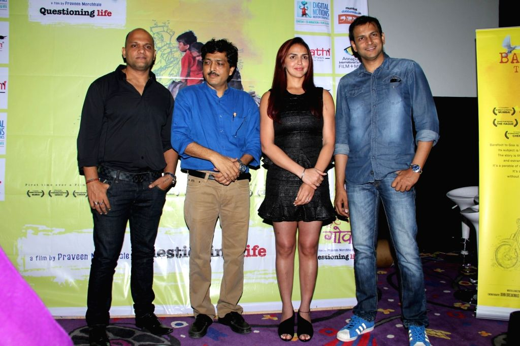 Filmmakers Praveen Morchhale and Satyajit Chourasia with actress Esha Deol during the trailer launch of film Barefoot to Goa in Mumbai on March 24, 2015. - Esha Deol, Praveen Morchhale and Satyajit Chourasia