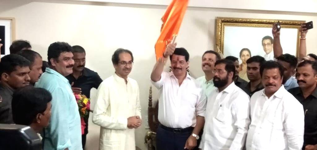 Mumbai: Former high-profile encounter specialist Pradeep Sharma joins Shiv Sena in the presence of party chief Uddhav Thackeray in Mumbai on Sep 13, 2019. (Photo: IANS) - Pradeep Sharma