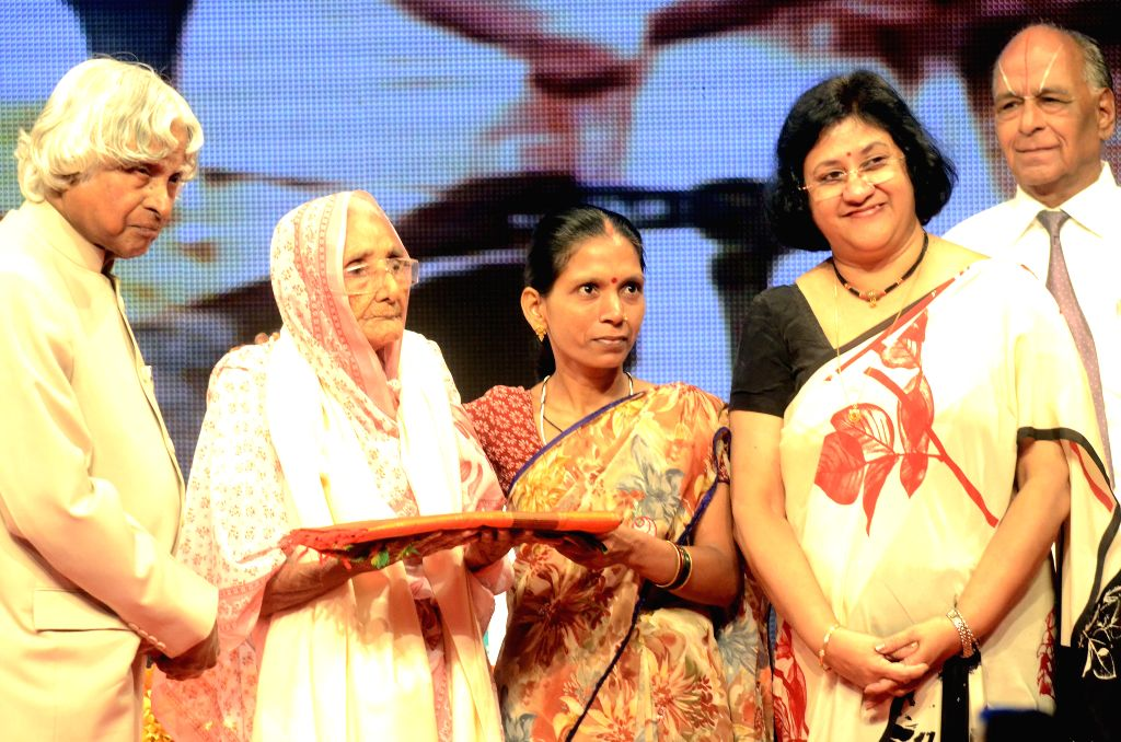 Former President of India APJ Abdul Kalam and SBI Chairperson Arundhati Bhattacharya during a programme organised to felicitate elderly people who underwent cataract surgery in Mumbai  on ...