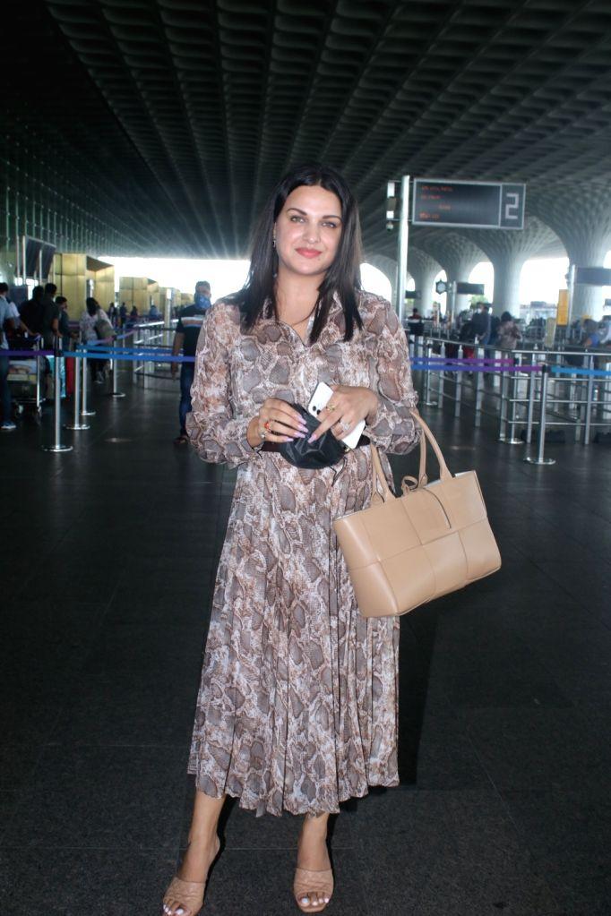Mumbai : Himanshi Khurana Spotted at Airport Departure on Saturday, September 25, 2021.