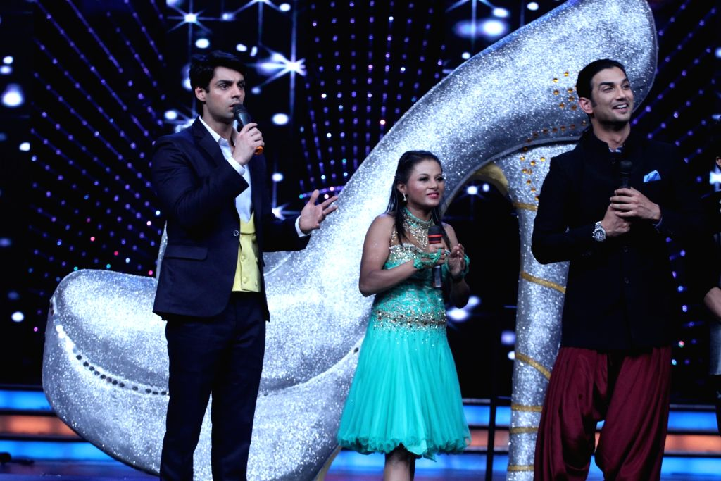 Host Karan Wahi, contestant and Sushant Singh Rajput during the promotion of film Detective Byomkesh Bakshi on the sets of Zee TV`s, reality show, Dance India Dance Super Moms in Mumbai, on ... - Sushant Singh Rajput