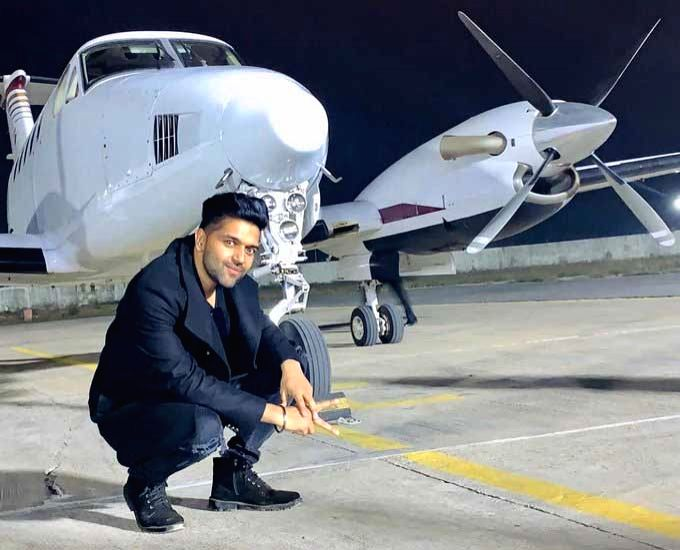 Mumbai, July 3 (IANS) Singer Guru Randhawa has been flaunting his all-new, perfectly toned body on social media.