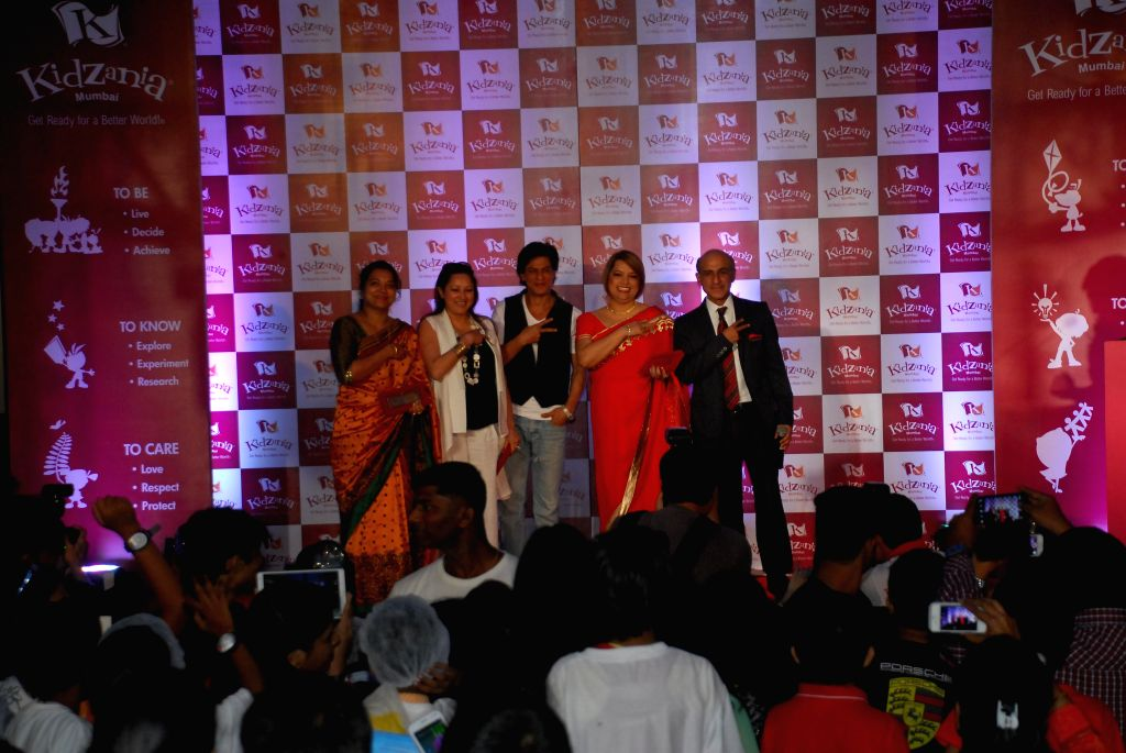 Jyoti Nair, Lina Ashar, actor Shahrukh Khan, Vandana Lulla and Sanjeev Kumar, director and CEO of Kidzania India, during Children`s Day celebrations in Mumbai on Nov. 11, 2014. - Sanjeev Kumar
