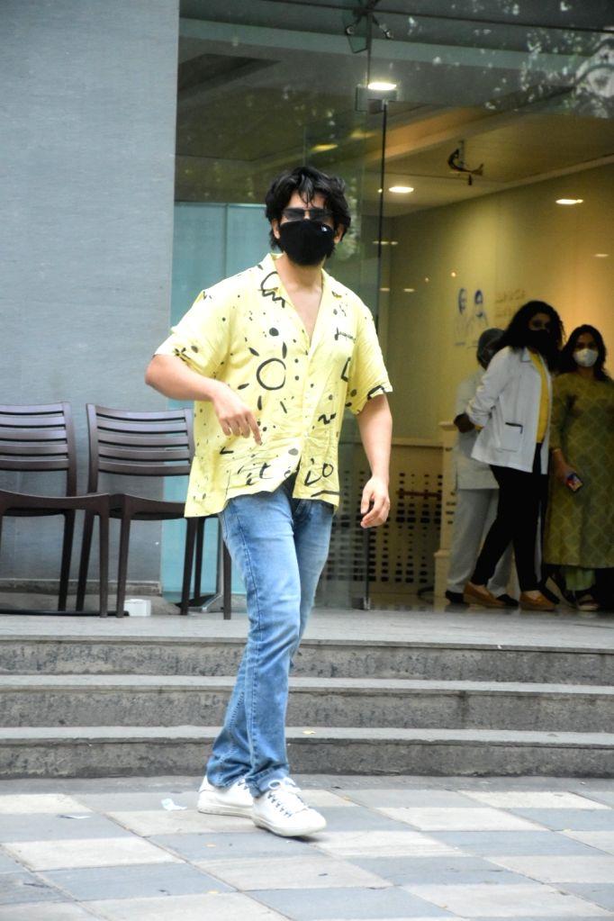 Mumbai : Kaartik Aryan spotted at Hinduja hospital in Mumbai on Tuesday, June 22, 2021.