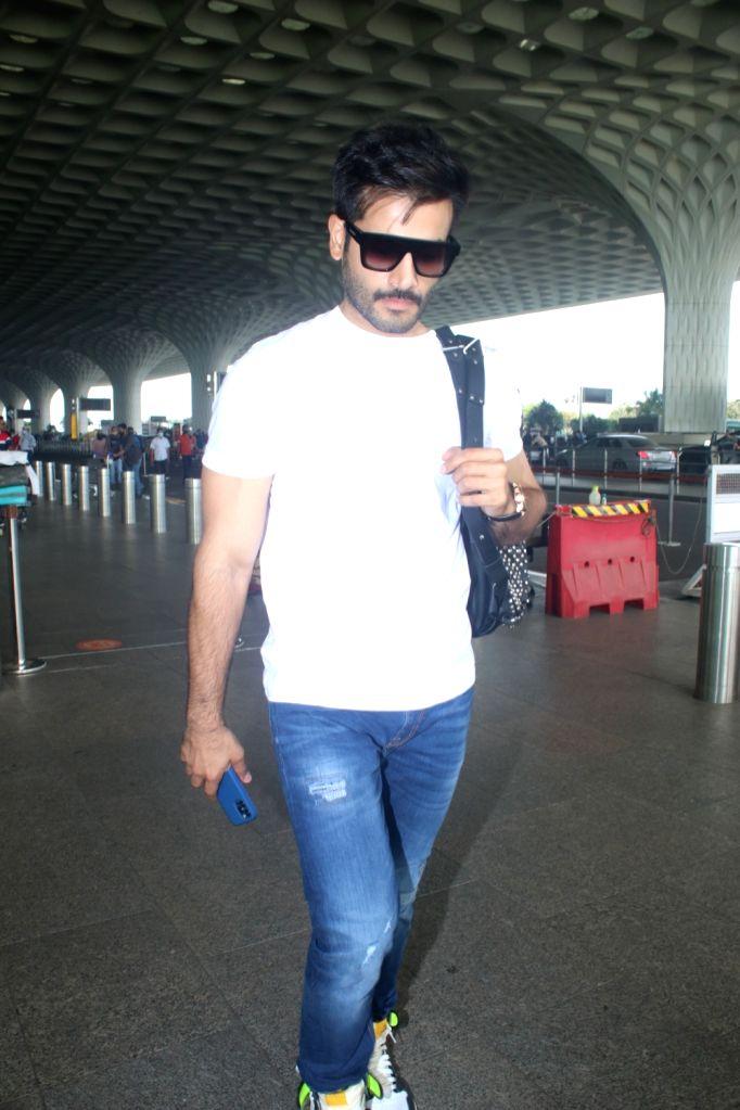Mumbai : Karan Tacker was spotted at Airport Departure in Mumbai on Friday, October 01, 2021.
