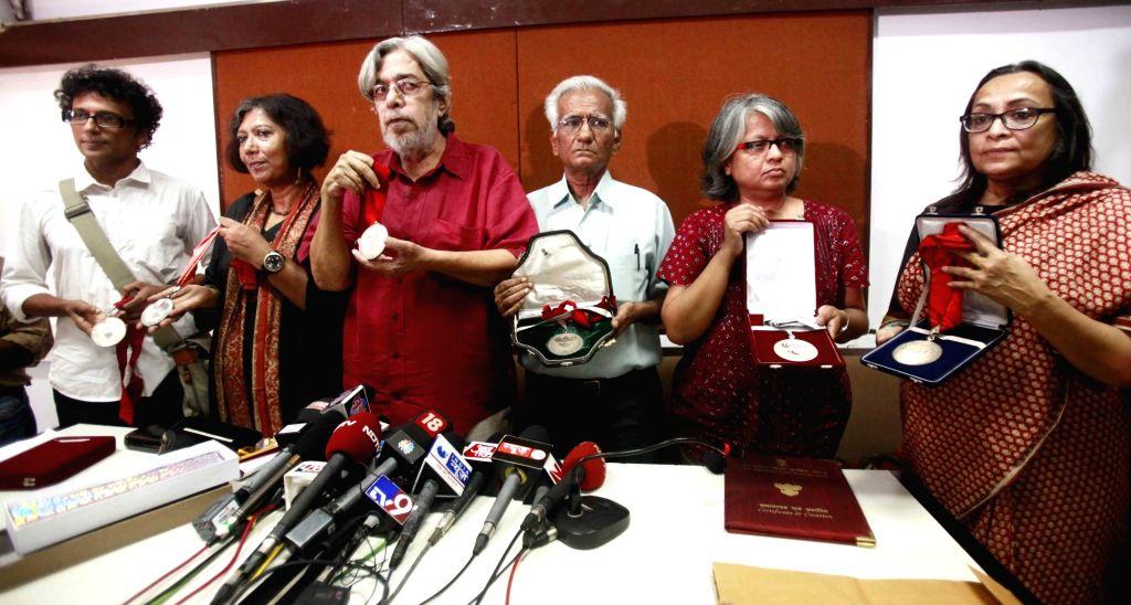 :Mumbai: (L to R) National award winning filmmakers P M Satheesh, Madhusree Datta, Saeed Mirza (FTII, former director), Kundan Shah, Irene Dhar Malik and Bina Elias on behalf of Rafeeq Elias show ... - Arundhati Roy, Saeed Mirza and Kundan Shah