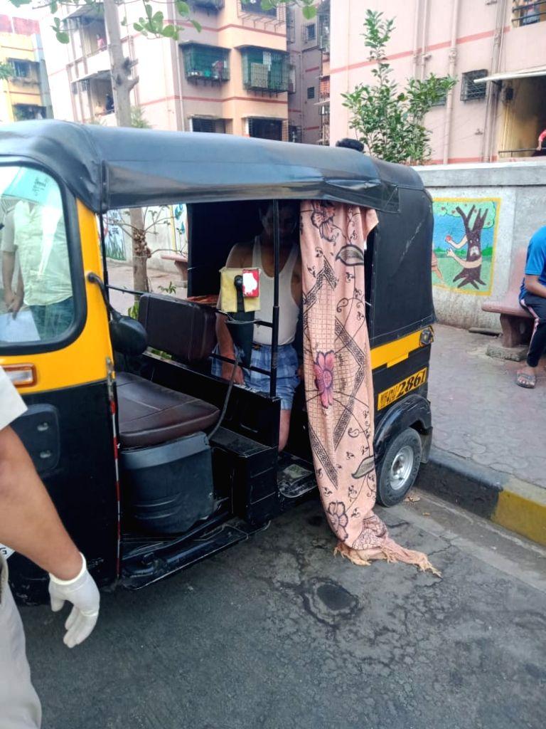 Mumbai man ???hangs??? himself in autorickshaw