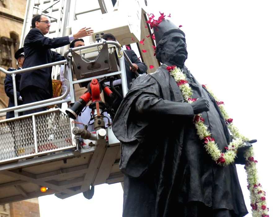 Mumbai Mayor Sunil Prabhu hoist the tricolor flag on the 67th Independence Day on August 15, 2013. (Photo::: IANS)