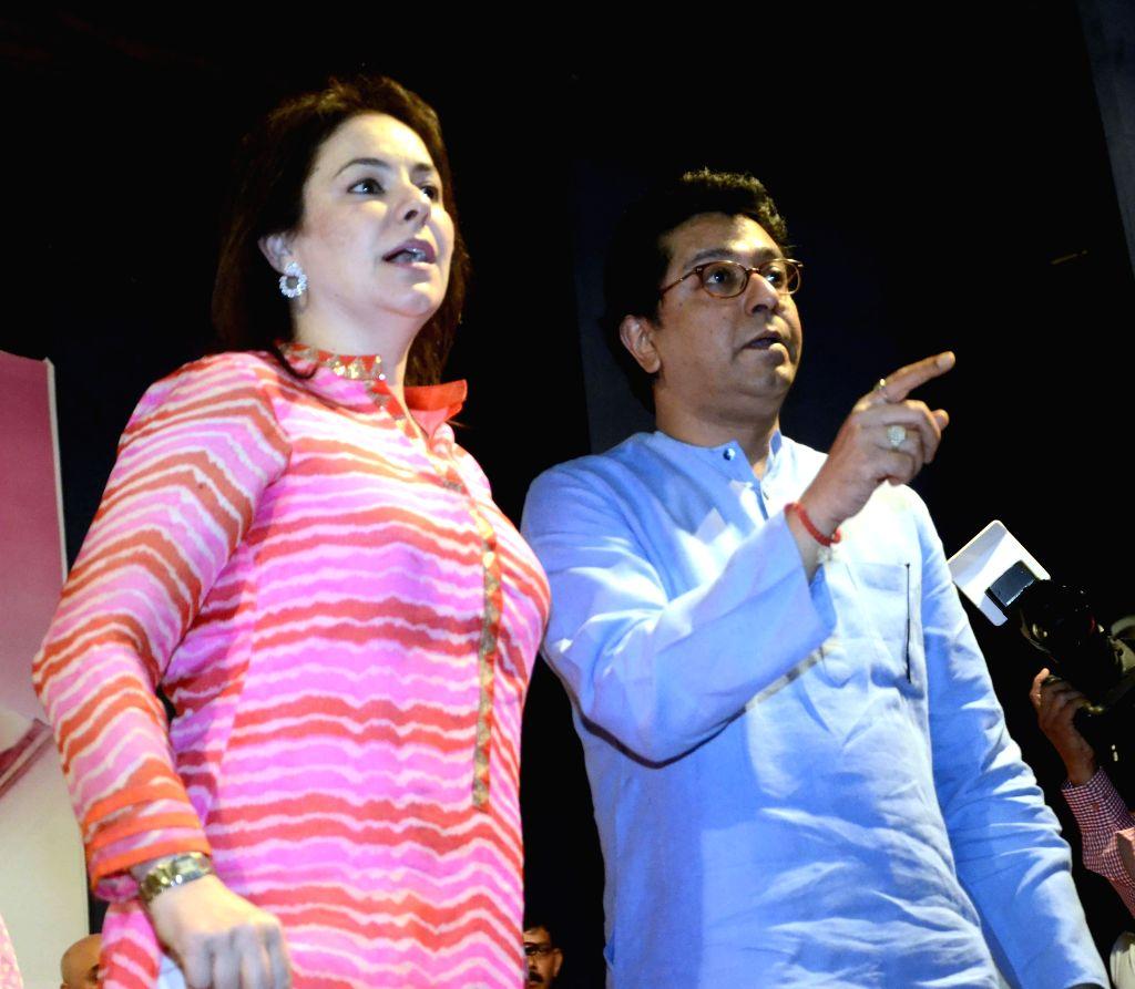 MNS chief Raj Thackeray and the wife of cricket legend Sachin Tendulkar, Anjali Tendulkar during a cancer awareness programme in Mumbai, on March 8, 2015. - Sachin Tendulkar