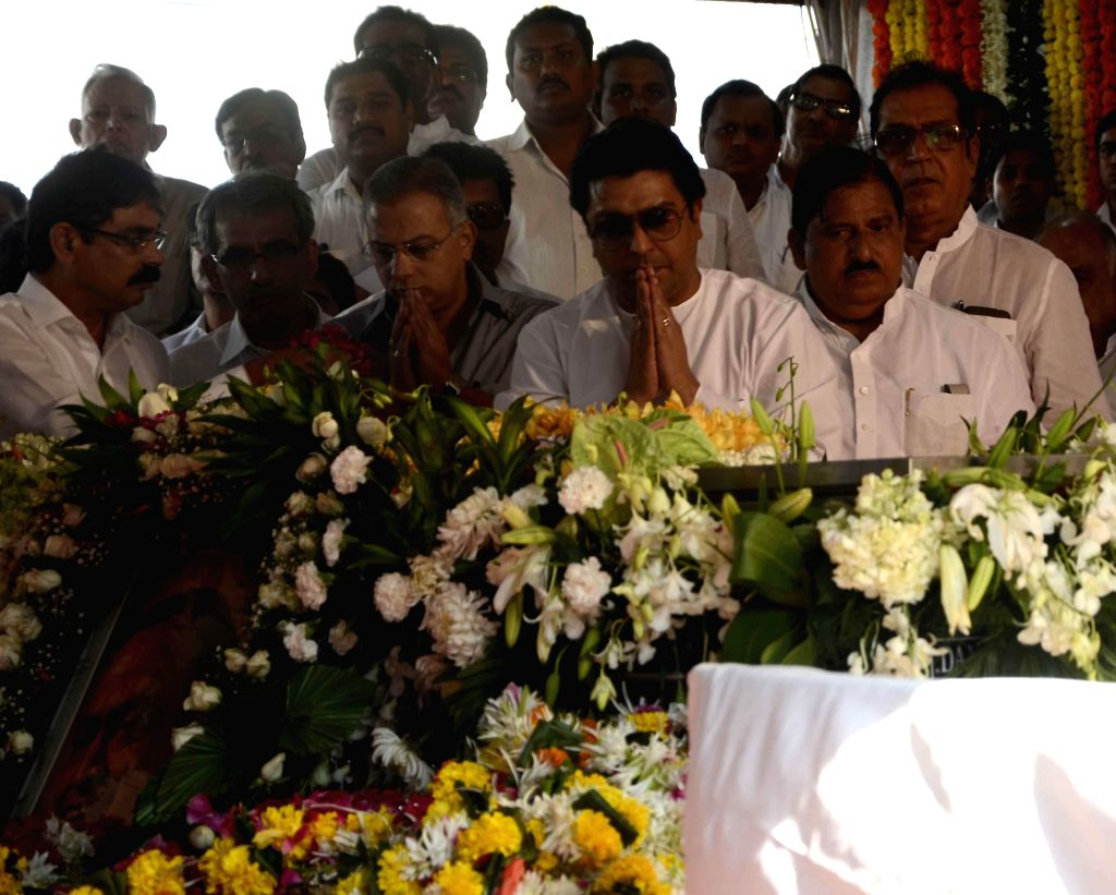 MNS chief Raj Thackeray pays his last respects to veteran Congress leader and former union minister Murli Deora, who passed away at the age of  77 following a brief illness in Mumbai on Nov ..