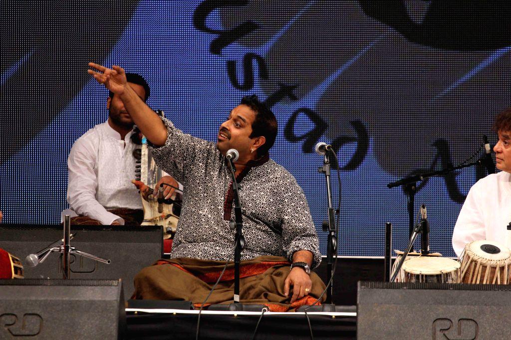 Music composer and singer Shankar Mahadevan performs during the concert organised by Ustad Allarakha Institute of Music to mark the death anniversary of tabla legendary Ustad Allarakha Khan .. - Ustad Allarakha Khan