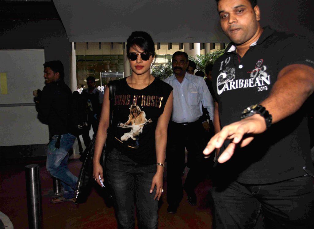 Priyanka Chopra snapped at Mumbai International Airport on arrival from New York on 1st April 2015.