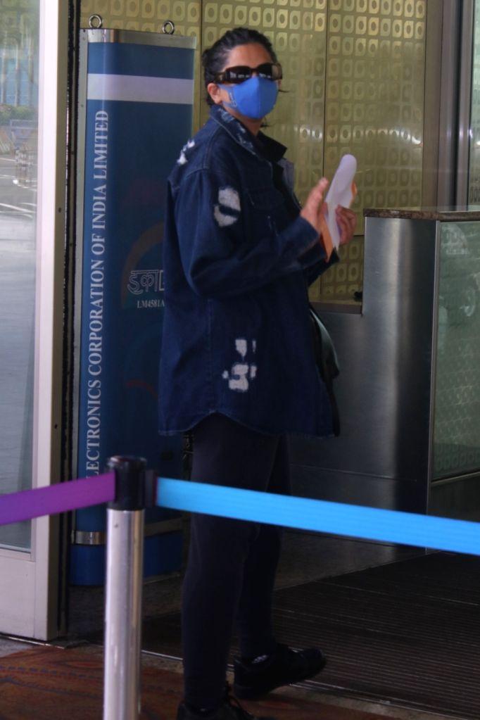 Mumbai : Rhea Kapoor was spotted at Airport Departure in Mumbai on Friday, October 01, 2021. - Kapoor