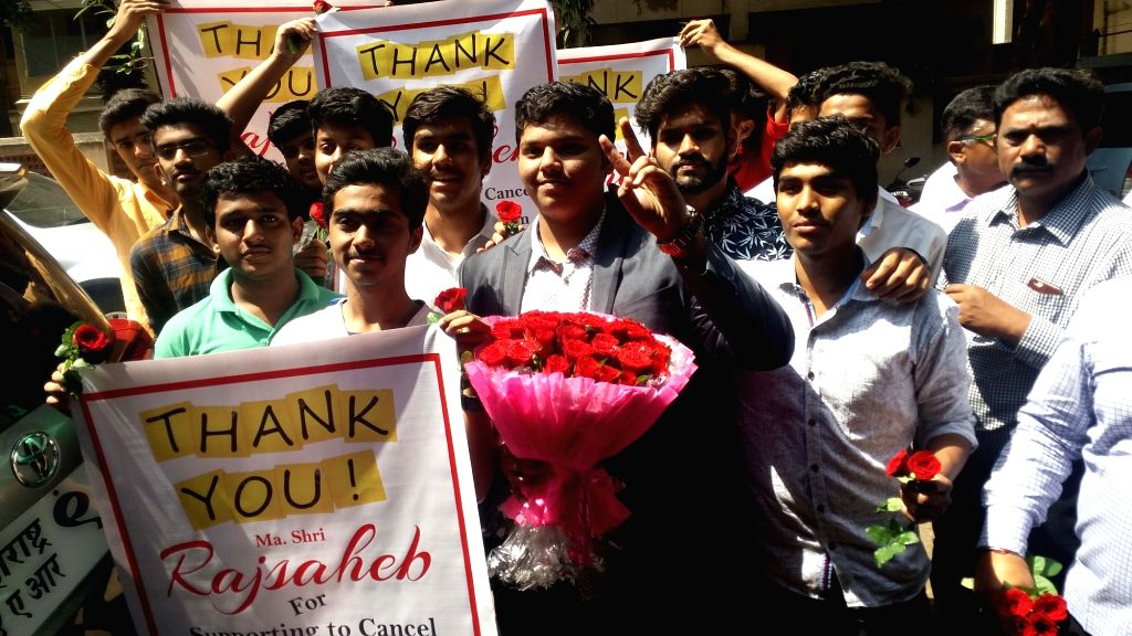 Mumbai: Students arrive with flowers and thank you banners, to express their gratitude to Maharashtra Navnirman Sena President Raj Thackeray after he extended his support for cancellation of ...