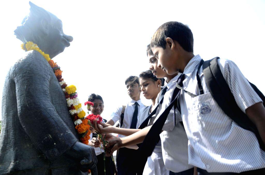 Students pay tribute legendary cartoonist R K Laxman in Mumbai on Jan. 27, 2015.