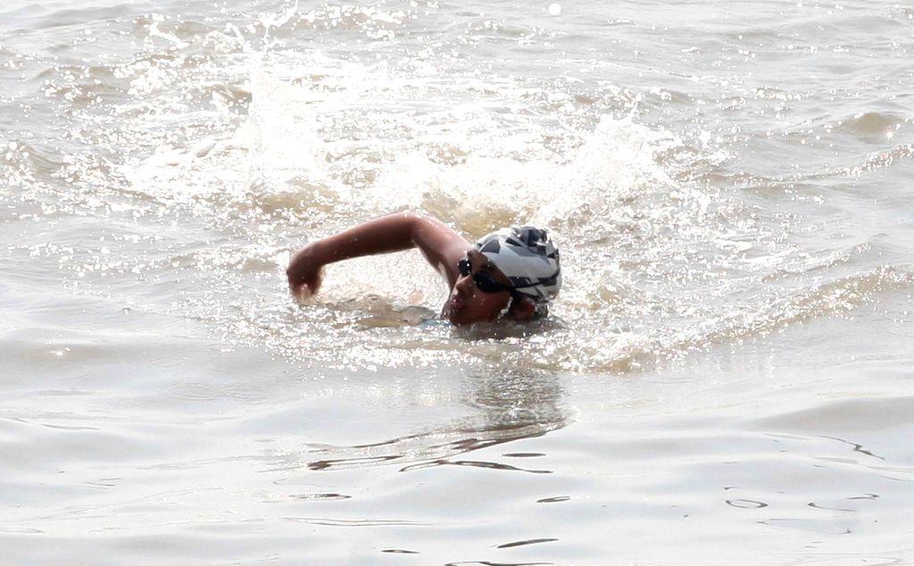 Mumbai: Teenage swimmer Gauri Singhvi swims through the seas of Mumbai on Feb 6, 2018. She covered a distance of approximately 48 kilometres by swimming from Khar Danda to Gateway of India. (Photo: IANS)
