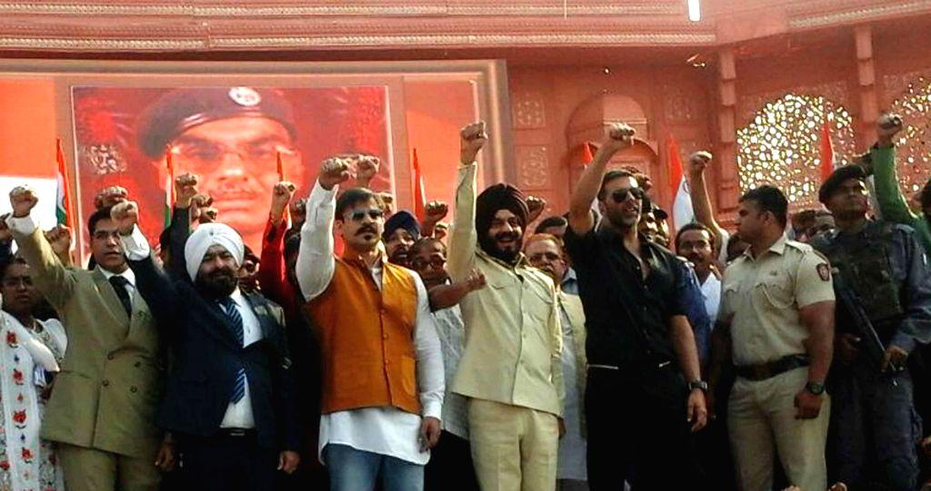 The chairman of the All-India Anti-Terrorist Front (AIATF) M S Bitta with actors Vivek Oberoi and Akshay Kumar during `Zara Yaad Karo Kurbani` - a programme at Parsi Gymkhana in Mumbai, on ...