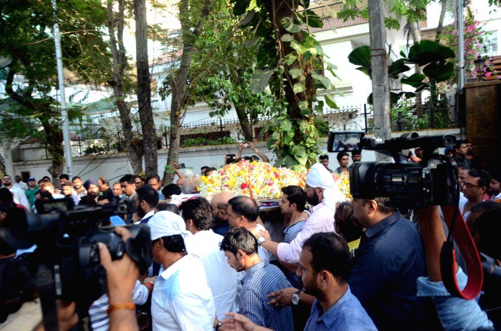 Mumbai: The mortal remains of Bollywood's veteran action director Veeru Devgan being taken for his last rites in Mumbai on May 27, 2019. (Photo: IANS) - Veeru Devgan