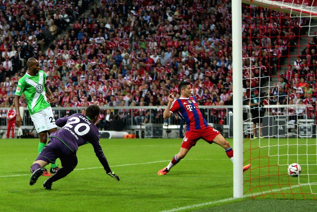 Bayern Munich's Robert Lewandowski (1st R) attacks during the German first division Bundesliga football match between Bayern Munich and Wolfsburg in Munich, Germany,
