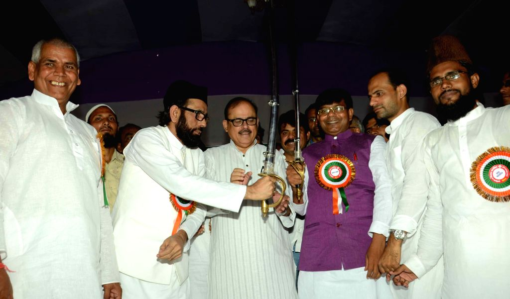 Muslim cleric Maulana Tauqeer Raza Khan being felicitated during Muslim and Dalit Adhikar Rally in Patna, on Aug 16, 2015.