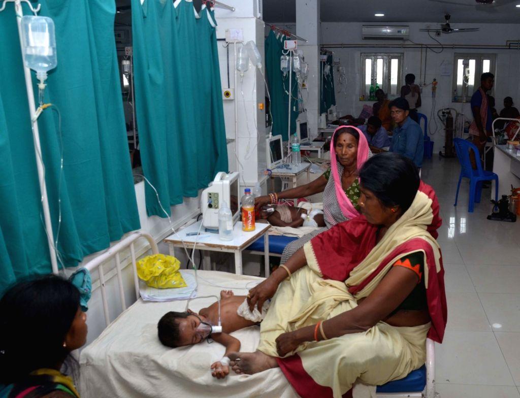 Muzaffarpur: Children with Acute Encephalitis Syndrome (AES) symptoms being treated at hospital in Muzaffarpur, Bihar on June 19, 2019. (Photo: IANS)