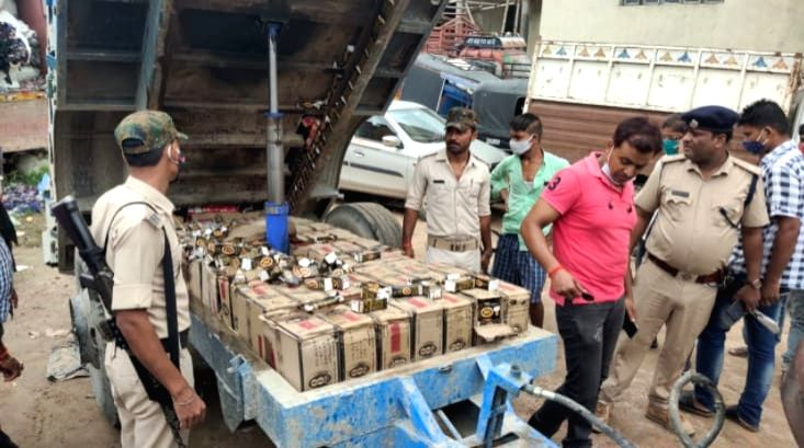 Muzaffarpur police seized over 25 cartons of IMFL during lock down on Tuesday