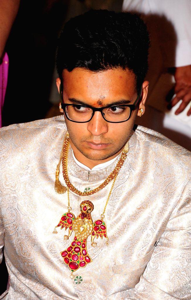 Mysuru, Oct 25 (IANS) Marking the ninth day (Navami) of Dasara, Mysuru's tutular head Yaduveer Krishnadatta Chamaraja Wodiyar on Sunday worshipped the vintage armoury and treasures of the royal family in the Amba Vilas palace amid chanting of Vedic h