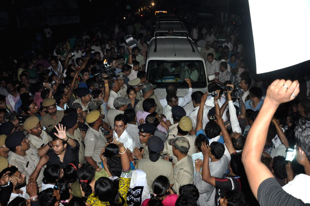 People block West Bengal Chief Minister Mamata Banerjee's convoy while she was on her way to visit  he nun who was gang raped in Ranaghat of West Bengal's Nadia district on March 16, 2015.