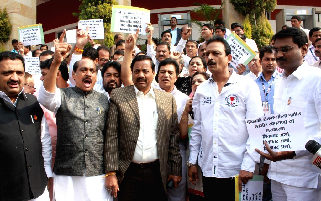 Congress and NCP workers led by Maharashtra Congress chief Manikrao Thakre and NCP leader Sunil Tatkare stage a demonstration against the Maharashtra government in Nagpur, on Dec 12, 2014.