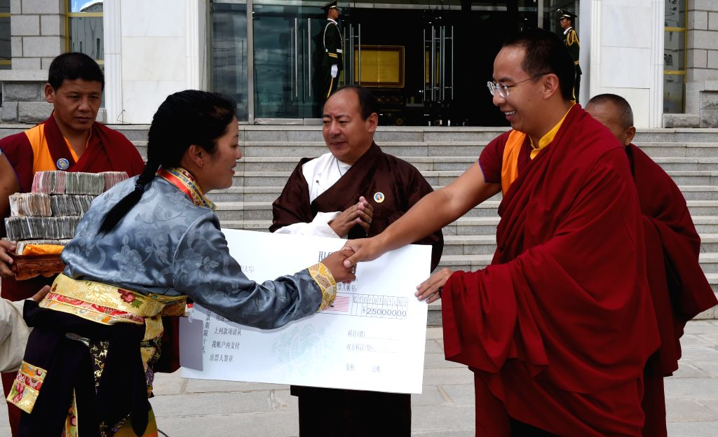 NAGQU, Aug. 1, 2016 - The 11th Panchen Lama Bainqen Erdini Qoigyijabu donates 250,000 yuan to Nagqu Welfare Home for Children in Nagqu, southwest China's Tibet Autonomous Region, Aug. 1, 2016.