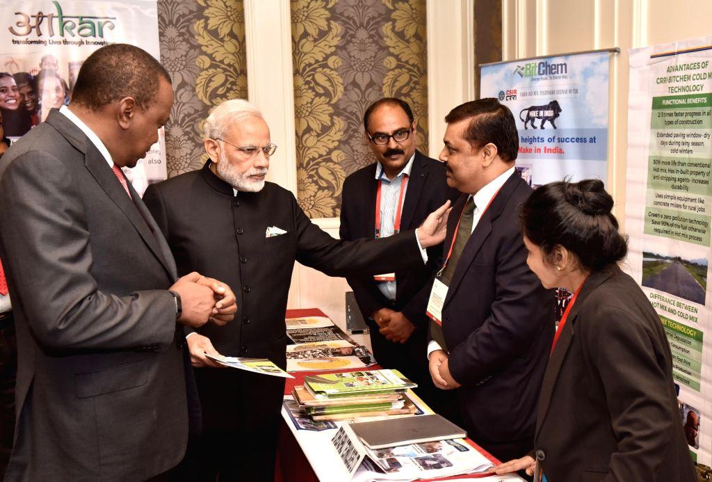 Nairobi (Kenya): Prime Minister Narendra Modi and Kenyan President Uhuru Kenyatta interacts with a select group of entrepreneurs and innovators, before India-Kenya Business Forum, in Nairobi, Kenya ... - Narendra Modi
