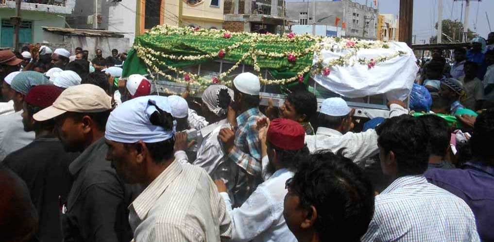 People participate in the funeral of Sub-Inspector Siddaiah who succumbed to his injuries sustained in an exchange of fire with terror suspects in Nalgonda, Telangana on April 8, 2015.