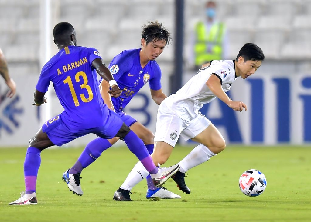 Nam Tae-hee (R) of Al Sadd vies for the ball with Ahmed Barman (L) of Al Ain FC during the AFC Asian Champions League group D football match between Al Sadd SC of ...