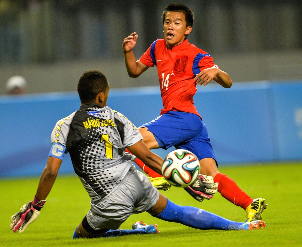 Kim Gyuhyeong (R) of South Korea shoots during the Men's football preliminary match with Cape Verde at Nanjing 2014 Youth Olympic Games in Nanjing, east China's ...