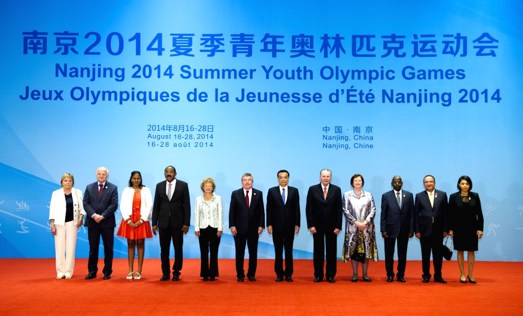 Chinese Premier Li Keqiang (6th R) poses for a group photo with foreign dignitaries, who are here to attend the closing ceremony of the Nanjing 2014 Summer Youth ...
